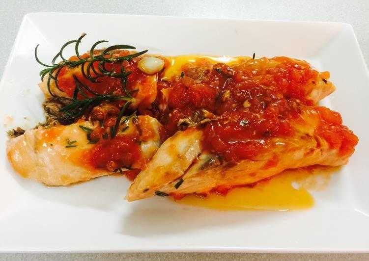 Cá hồi sốt cà và hương thảo