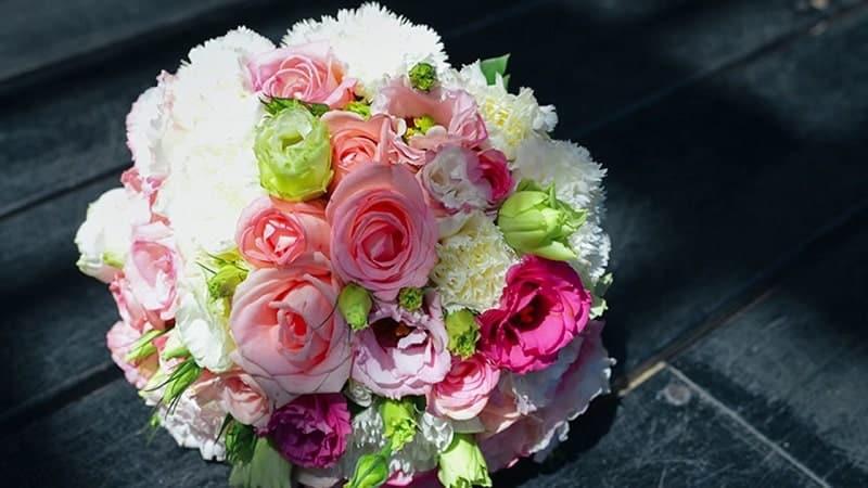 hoa cát tường cầm tay cô dâu