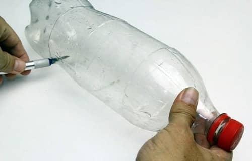 Sử dụng kéo cắt một phần dưới đáy chai (như hình).